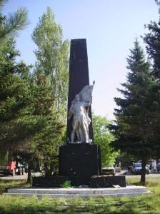 памятник в Снежном
