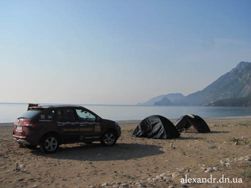 палатка на берегу Средиземного моря